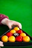 Primo piano di un giocatore che dispone le sfere di biliardo Fotografia Stock
