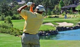 Primo piano di un giocatore di golf che colpisce sopra l'acqua Immagini Stock
