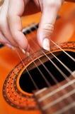 Primo piano di un gioco del chitarrista Fotografie Stock Libere da Diritti