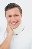 Primo piano di un giovane che indossa collare cervicale Fotografie Stock