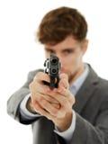 Primo piano di un giovane con una pistola immagine stock libera da diritti