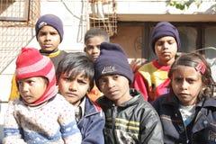 Primo piano di un gruppo di bambini poveri in India Fotografia Stock