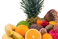 Primo piano di un gruppo di frutti esotici su un fondo bianco Fotografia Stock