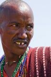 Primo piano di un guerriero masai che guarda nella savanna Fotografia Stock Libera da Diritti