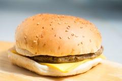 Primo piano di un hamburger del formaggio Immagini Stock Libere da Diritti