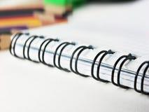 Primo piano di un'immagine vaga del taccuino su un fondo bianco Foto con lo spazio della copia Fotografia Stock