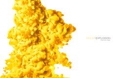 Primo piano di un inchiostro acrilico giallo variopinto in acqua isolata su bianco con lo spazio della copia sottragga la priorit immagine stock
