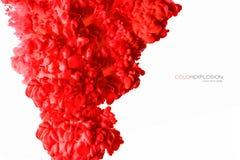 Primo piano di un inchiostro acrilico rosso variopinto in acqua isolata su bianco con lo spazio della copia sottragga la priorità immagini stock libere da diritti