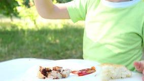 Primo piano di un kebab di cibo del bambino, primo piano del barbecue su un fondo della natura Movimento della macchina fotografi stock footage