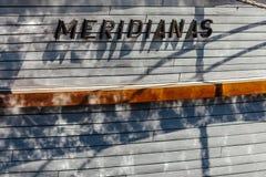 Primo piano di un lato del ` s della barca a vela con i chiarori di acqua Klaipeda, Lituania immagini stock libere da diritti