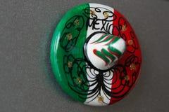 Primo piano di un magnete variopinto creativo del giocattolo sotto forma di un cappello, meravigliosamente dipinto nello stile me fotografie stock libere da diritti