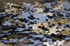 Primo piano di un mare dei puzzle dentro una scatola fotografia stock libera da diritti