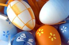 Primo piano di un mazzo di uova di Pasqua Immagine Stock