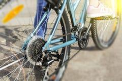 Primo piano di un meccanismo e di una catena di ingranaggi della bicicletta sulla ruota posteriore del mountain bike Fotografie Stock Libere da Diritti