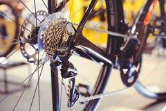 Primo piano di un meccanismo e di una catena di ingranaggi della bicicletta sulla ruota posteriore del mountain bike Cassetta del Immagine Stock Libera da Diritti