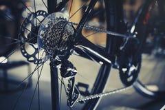 Primo piano di un meccanismo e di una catena di ingranaggi della bicicletta sulla ruota posteriore del mountain bike Cassetta del Fotografia Stock