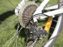 Primo piano di un meccanismo di ingranaggi della bicicletta sulla ruota posteriore Fotografie Stock