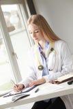 Primo piano di un medico femminile Fotografia Stock