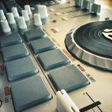 Primo piano di un miscelatore del DJ Fotografie Stock