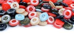 Primo piano di un mucchio dei bottoni di cucito Immagine Stock