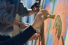 Primo piano di un murale verniciato da parecchi artisti Fotografie Stock