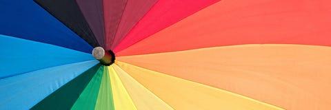 Primo piano di un ombrello colorato arcobaleno fotografia stock libera da diritti