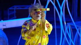Primo piano di un pagliaccio in un circo archivi video