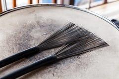 Primo piano di un paio delle spazzole del tamburo nero su un tamburo misero bianco Concerto di concetto, musica in diretta, prest fotografie stock libere da diritti