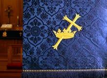 Primo piano di un parament blu del lecturn della chiesa immagini stock libere da diritti