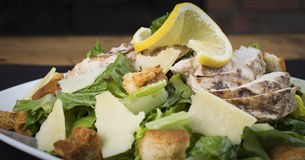 Primo piano di un pollo libero Caesar Salad del glutine Immagini Stock