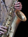 Primo piano di un sassofonista che gioca il suo strumento, un sassofono immagini stock libere da diritti