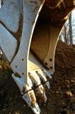 Primo piano di un secchio dell'escavatore che scava in terra Fotografia Stock Libera da Diritti