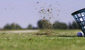 Primo piano di un secchio e di una palla di golf Immagine Stock Libera da Diritti