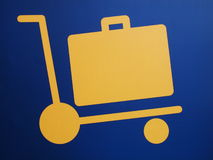Primo piano di un segno dell'aeroporto del carrello dei bagagli Immagine Stock
