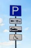 Primo piano di un segno di parcheggio handicappato Immagini Stock