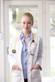 Primo piano di un sorridere femminile di medico Fotografia Stock