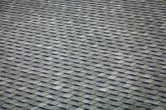 Primo piano di un tetto fatto delle assicelle immagini stock