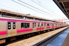 Primo piano di un treno ferroviario del Giappone che arriva nel Giappone jpg Fotografia Stock