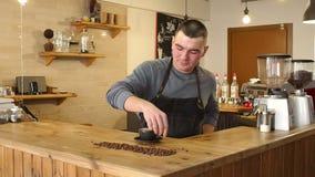 Primo piano di un uomo di barista che mette una tazza di cappuccino fragrante sulla tavola stock footage