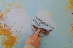 Primo piano di un uomo che allinea una parete con la spatola e la cazzuola Fotografia Stock Libera da Diritti