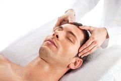 Primo piano di un uomo che ha un massaggio capo Fotografia Stock Libera da Diritti