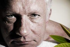 Primo piano di un uomo che si distende durante il massaggio Fotografia Stock Libera da Diritti