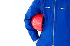 Primo piano di un uomo che tiene un elmetto protettivo rosso Fotografia Stock