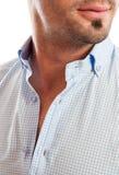 Primo piano di un uomo con il collare aperto della camicia fotografie stock
