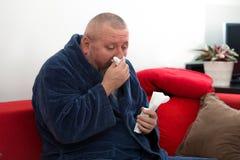 Primo piano di un uomo con il tessuto nel suo naso Fotografia Stock Libera da Diritti