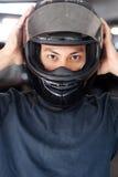 Primo piano di un uomo con un casco del motociclo Immagini Stock