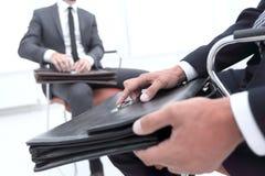 Primo piano di un uomo d'affari Holding Briefcase fotografia stock