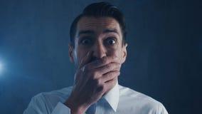 Primo piano di un uomo d'affari spaventato che grida con il timore Scena di orrore video d archivio