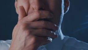 Primo piano di un uomo d'affari spaventato che grida con il timore Scena di orrore stock footage