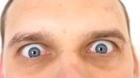 Primo piano di un uomo emozionale sorpreso con gli occhi azzurri che esamina la macchina fotografica immagine stock libera da diritti